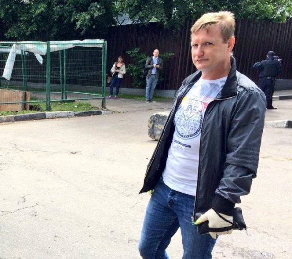 Opposition figure Navalny walks free after 25 days in administrative arrest