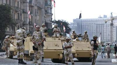 Egyptian tank 'saves 50 lives' by running over vehicle filled with explosives