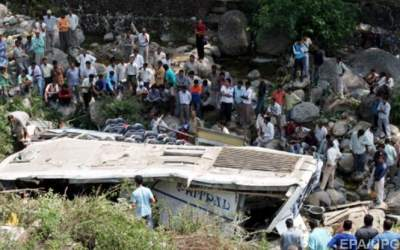 In India a bus fell into a gorge: 16 victims