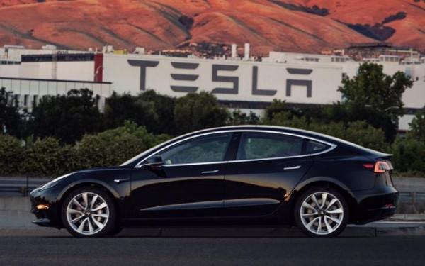 Элон Маск продемонстрировал первый серийный образец Tesla Model 3