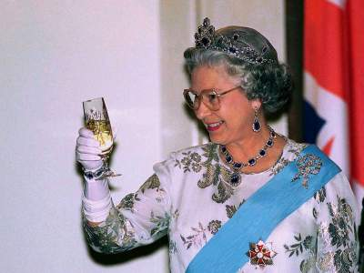 The Queen of England apparently drinks 4 cocktails every day
