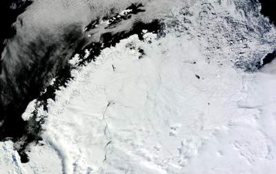 Massive Hole Appears In Antarctic Ice and Scientists Aren't Sure Why