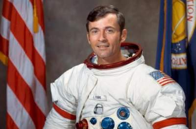 Astronaut John Young, who walked on the moon twice, dies