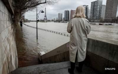 Warnings in Paris as Seine floods