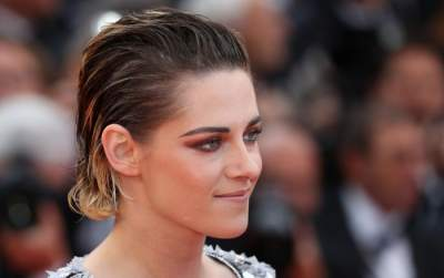 Kristen Stewart goes barefoot at Cannes