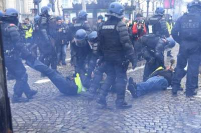 Antigovernment protesters clash with police in Paris