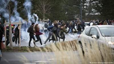Во Франции задержали сотни школьников