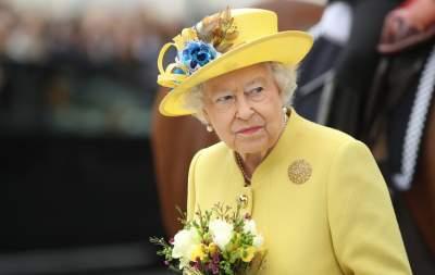 Queen enjoys Pointless host's talk at Sandringham WI