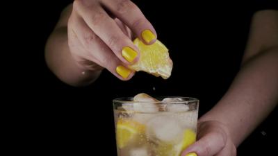 Диетологи рассказали, действительно ли вода с лимоном способствует похудению