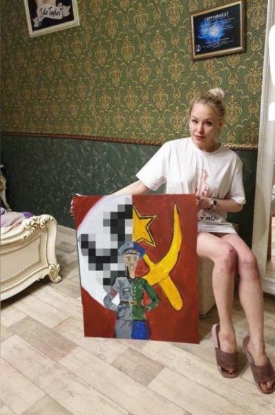 Девушка, рисующая лобком